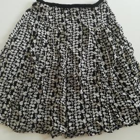 Fin nederdel fra Noa Noa, der er fast linning med lynlås og lille knap ,den måler 54 cm  taljemål er 33 cm