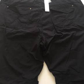 Varetype: NYE Shorts Farve: Sort Oprindelig købspris: 399 kr.  NYE SUSAN HIGH WAIST REGULAR FIT i str. 50 med indspænding i taljen i hver side. Taljevidde uden jeg trækker i dem er ca. 2 x 57 cm.    Mp er kr. 250 + porto.