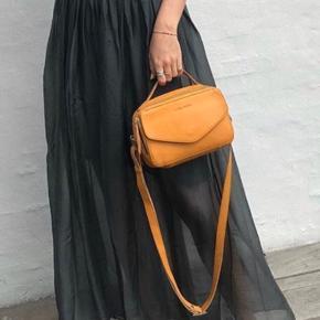 Aldrig brugt - silke nederdel fra Tiffany. Sælges også i sort