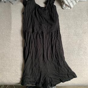Sort jumpsuit med stropper. Størrelse: L/XL. Fragt: 10.-60 kr. oven i prisen.