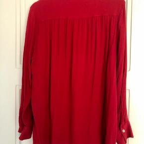Lækker skjorte i viskose - flot postkasse-rød.   Bytter ikke!