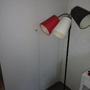 Super fin lampe med ekstra skærme.. Så de alle kan blive samme farve nypris 550kr