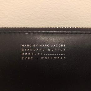 Marc by Marc Jacobs pung / clutch i sort skind med shiny sølv skrift. En meget rummelig pung i super god stand, den er kun brugt et par gange. Købt for et par år siden i Illum