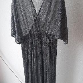 Fin sølvkjole, passer også L og XL pga elastik i taljen og materialet.