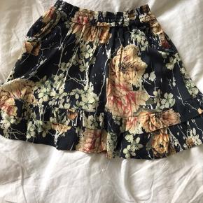 Fineste nederdel fra Ravn i det skønneste print. Lækker bomuldskvalitet. Der er to lommer i og masser af elastik i taljen. Så kan også passe en medium, selvom den ser lidt lille ud.