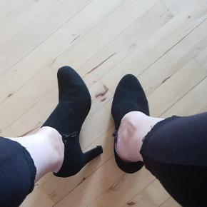 Super flot sko i ruskind. Hælen måler 8 cm. Str. 38,5.