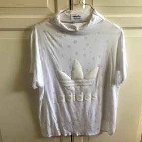 Adidas tshirt med høj hals. Str 40/L. Brugt max 3 gange.