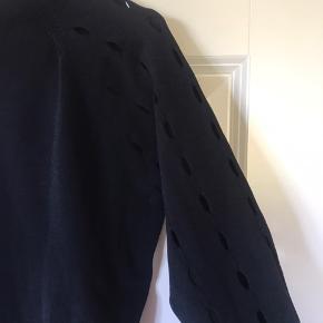 Virkelig fin langærmet trøje fra Won Hundred. Trøjen er tætsiddende, men i et materiale så den sidder lige tilpas. Der er huller hele vejen ned af armene, hvilket giver et super fedt udtryk.  Jeg håber at en anden kan få rocket denne trøje, da jeg ikke selv får det gjort desværre.  Trøjen er så god som ny, den er kun vasket i hånden de få gange, den er blevet luftet.