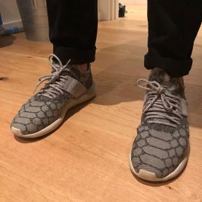 Adidas Turbular  Har været brugt i en periode og det kan ses på sålen. Ellers i fin stand.   Se også mine andre annoncer af herretøj fra kendte mærker 💛