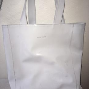 Sælger denne mega lækre taske da jeg har købt en anden. Der er komemt en sort plet nogle steder, men hvis man er omhyggelig kan den nok komme væk. Detfor er denne taske sat så billig. Købte den for 550 kr. Der er både plads til skildring og computer.