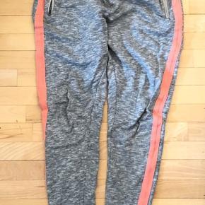 Super fine sweatpants med lynlåslommer og flot stribe langs siderne  Igen hullet eller pletter, ikke forvasket, fine gmb   K8