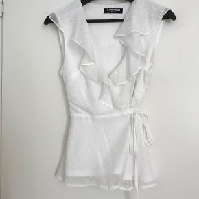 Hvid top med flæse fra Fashion Union. Køber betaler fragten.