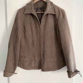 Vintage jakke, men i sindssygt god stand 🌸 Første billede er en lignende jakke, men ikke helt samme model som min.  Sidste billede illustrerer materialet, som ligner et tyndt lag ruskind. Det er dog ikke ruskind, men polyester, og den bløde af slagsen. Virkelig lækkert, blødt, stof 🥰