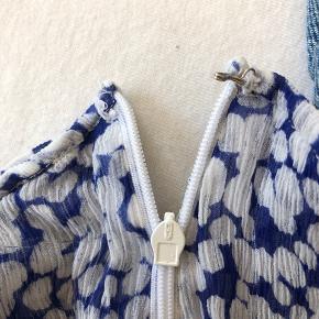 Sælger min meget flotte MOLIIN COPENHAGEN nederdel, da jeg ikke får den brugt så meget. Den har en lille skade, men det kan laves. Jeg forbeholder mig retten til at beholde den, hvis det rette bud ikke kommer.