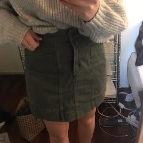 Fin nederdel fra h&m i army grøn Den er i en 38, men passer en small