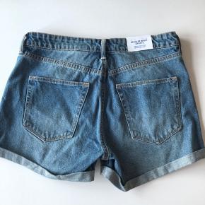 Flotte shorts, str 36/Small, aldrig brugt stadig med mærke på. Kan hentes i Århus/Brabrand eller sendes for 38 kr med dao
