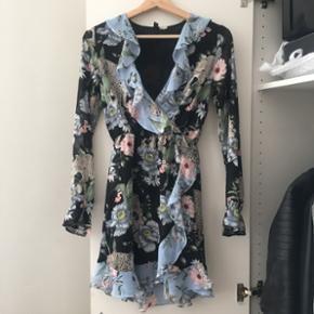 H&M kjole i str 32 brugt en enkelt gang. Fremstår som ny. Np: 300kr - mp: 100kr