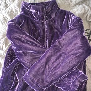 Virkelig fed jakke i lilla velour  Brugt få gange