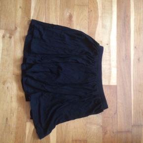 Sort kort nederdel med elastik i livet.