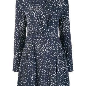 """Sælger denne Ganni """"Barra Crepe"""" kjole med """"knude"""" detalje på maven.   Hvis du vil se hvordan kjolen """"fitter"""" kan du google """"ganni barra crepe dress"""" :-)  Kjolen er i god stand uden huller eller trådudtræk :-)  SE OGSÅ MINE ANDRE ANNONCER BL.A. FRA GANNI, STINE GOYA & CARRÉ"""