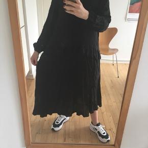 Dejlig løs kjole med peplumkant og lidt høj krave. Oplagt til en tur i buffeten! Nypris: 500. Brugt to gange Kan hentes på Nørrebro eller Indre by eller sendes med DAO. Se også mine andre annoncer :)