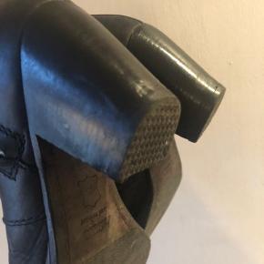 De klassiske Pistols, pæn brugt stand, har lige været hos skomager og fået sål på hælen og pudset hælene op. Har fjernet de små læderstrips på lynlåsen da jeg bedre kan lide dem uden. Pris 490 plus porto