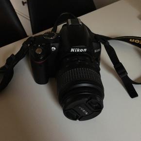 Rigtig fint Nikon spejlrefleks kamera. Står som helt nyt, da det ikke har været brugt særlig meget -uden skræmmer og ridser.   Medfølger: Hukommelseskort 2 stk zoom linser Taske til transport/opbevaring