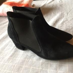 Rigtig pæne støvler  Lidt slid under sål, se foto