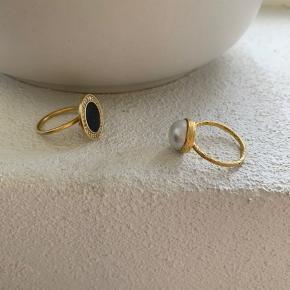 Julie Sandlau og Enamel ringe, sort sten kan justeres i str, perle næsten ikke brugt str 52, den som mangler en sten str 52, den sidste str 56, byd
