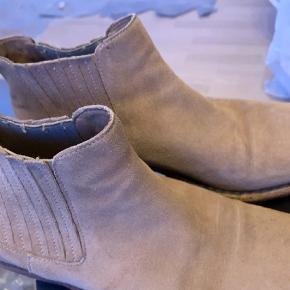 Mærket er svært at se i støvlen da det er præget nede læderet. God pasform  Perfekte til de lyse tider  Støvler Farve: Beige Oprindelig købspris: 1599 kr.