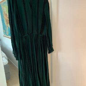 Flot mørkegrøn lang kjole.  46% silke 54% viscose Med underkjole