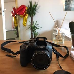 Super skarpt kamera 📷  Model: Sony DSC-H300 cybershot  Laver gode skarpe billeder Utrolig god zoom Taget med på ferie en gang til Hawaii 🌺   Mini SD 16 Gb + SD adapter følger med   skærmen har nogle brugsmærker