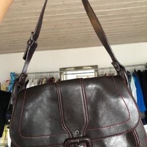 Fint taske fra Marc O'Polo. Den er sort/mørkebrun med røde syninger. Den kan rumme meget, men  er samtidig ikke for stor en taske.  Giv et bud 🌸
