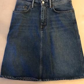 Cowboy nederdel i størrelse 26 svarende til 36. Nederdelen har kun været brugt få gange og er i meget pæn stand.