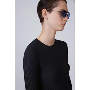 Lige købt på Vestaire, men passer mig desværre ikke. Super lækker.  Min er sort.    Women's Acne Ives Rib   Ives rib is a slim fit ribbed knit sweater featuring a mix of ribs executed in a blend of cotton and polyamide. Slightly shiny, technical fabric feel. Ribbed neckline, cuffs and hemline 63% Cotton, 37% Nylon/Polyamide.