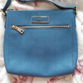Blå DKNY taske  Mål: 26*24 cm