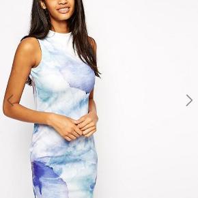 Varetype: kjole ærmeløs scuba bodycon print Farve: Multi  Meget flot kjole fra Asos. Den er kun brugt en enkelt gang, så den er som ny :-)  Den sælges for 150 + porto :-)