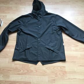 Lækker sort regnjakke ...den classic model👍størrelse L/XL....brugt 1 gang som ny👍👍længden er 85 cm på den👍👍