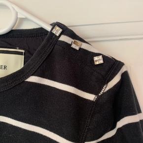 Stribet trøje i tykt stof, mangler lidt rhinesten ved skulderen, det ses ikke umiddelbart, men derfor sælges den billigt.