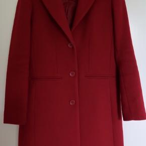 Minimal slitage. Dejlig varm frakke i uldblanding. God som varm overgangs- og vinterfrakke.  Sendes fortrinsvist med DAO for 45kr.