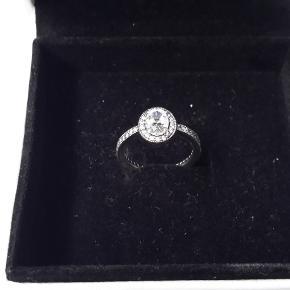 OVERVEJER at sælge min smukke sølvring med små sten - mærke Pandora. Brugt ganske få gange!!  Størrelsen er: 50 Nyprisen ligger på omkring 600 kr. Den har ellers kun ligget i sin æske. + porto!