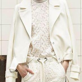Varetype: Jakke Farve: Hvid Oprindelig købspris: 1700 kr.  Mega fed jakke i bomuld fra Designers Remix. Størrelse 36 med et oversize snit. Har en enkelt plet på, som sikkert kan fjernes (har ikke forsøgt). Prisen sættes selvfølgelig derefter :-)  Nypris 1700,-