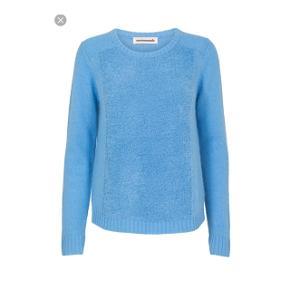 Lækker trøje i str. M, men passer en S da den er lille i størrelsen. Kan købes i butikkerne til omkring 1.100 DKK.