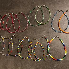 Fine perlearmbånd lavet af glasperler. Er hjemmelavede og kan laves i forskellige størrelser. 30,- stk. 55,- 2 stk.  80,- 3 stk.