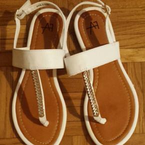 Sandales plates, blanc et doré, très bon état