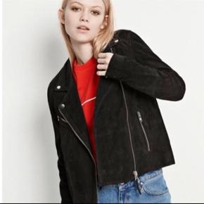 Obs! Sælger den i sort. Billede med den lyserøde er blir for at vise hvordan modellen sidder på.   Ruskindsjakke fra Envii med sølv trim.  Brugt ca 3-4 gange.  Nypris ca. 2.250 kr.
