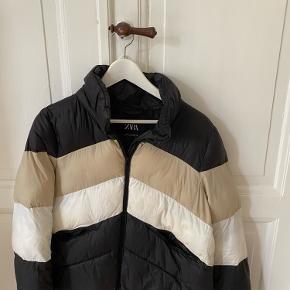 Kan også passes af medium, da den er lidt stor i størrelsen Vinterjakke fra Zara, købt i New York. Den varmer meget og kun brugt få gange.