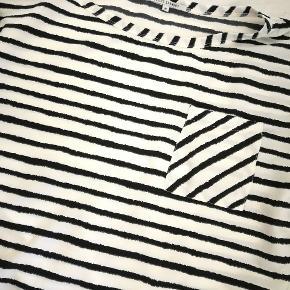 Stribet top fra Lollys Laundry, med lille ærme. Bemærk at den godt kan virke semi-transperant. Med brystlomme. Helt uden pletter eller huller 👍😁 Model; Krystal