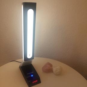 KenkoLight  Velegnet til brug på kontoret eller bare i hjemmet. Lyset er designet til at ligne naturligt sollys og til at hjælpe med at reducere påvirkningen fra kunstigt lys.  Nypris 1800 Fungerer 100 % som ny. Ser ud som ny. Brugt ganske lidt.   Sælges billigt pga flytning 😊