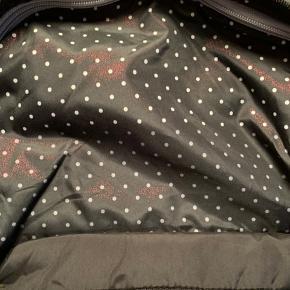 Adidas Neo rygsæk. Changerer i stoffet.